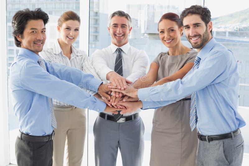 Υπάλληλοι που χαμογελούν και που έχουν τη διασκέδαση στοκ φωτογραφία με δικαίωμα ελεύθερης χρήσης