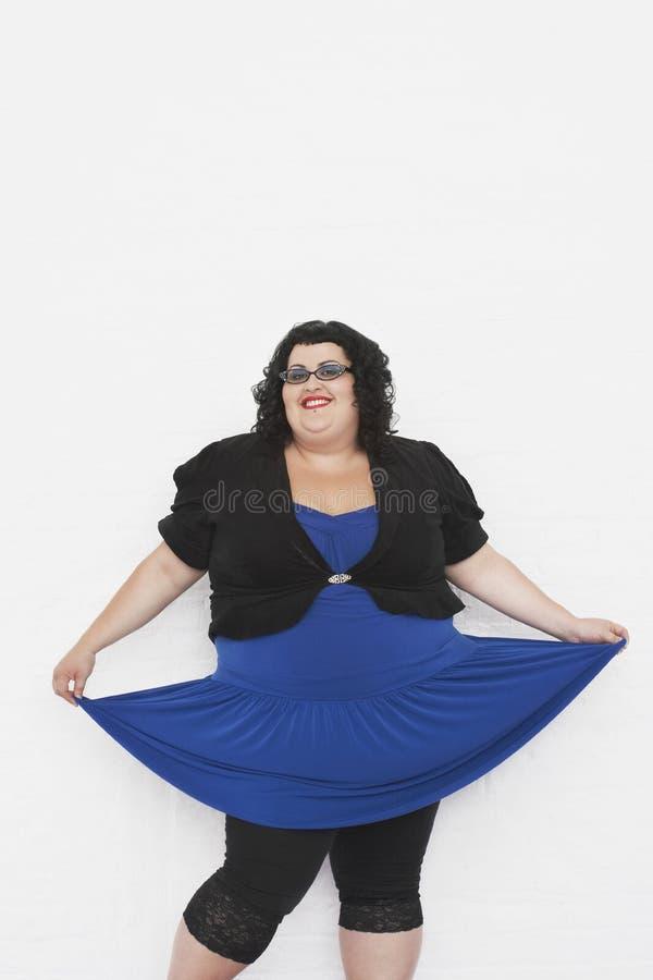 Υπέρβαρη γυναίκα Curtseying στοκ φωτογραφία με δικαίωμα ελεύθερης χρήσης