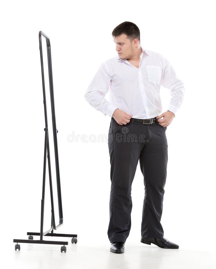 Υπέρβαρο άτομο που θαυμάζεται σε έναν καθρέφτη στοκ φωτογραφία με δικαίωμα ελεύθερης χρήσης