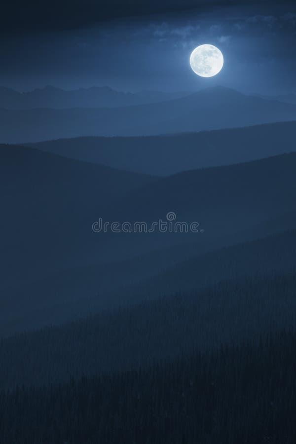 Υπέροχα βαλμένη σε στρώσεις ανατολή του φεγγαριού βουνών της Misty μεσάνυχτων με το απέραντο δάσος στοκ φωτογραφία με δικαίωμα ελεύθερης χρήσης