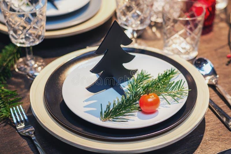 Υπέροχα διακοσμημένος πίνακας για το γεύμα Χριστουγέννων στοκ εικόνες