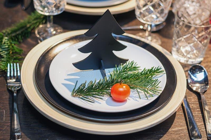 Υπέροχα διακοσμημένος πίνακας για το γεύμα Χριστουγέννων στοκ φωτογραφία με δικαίωμα ελεύθερης χρήσης
