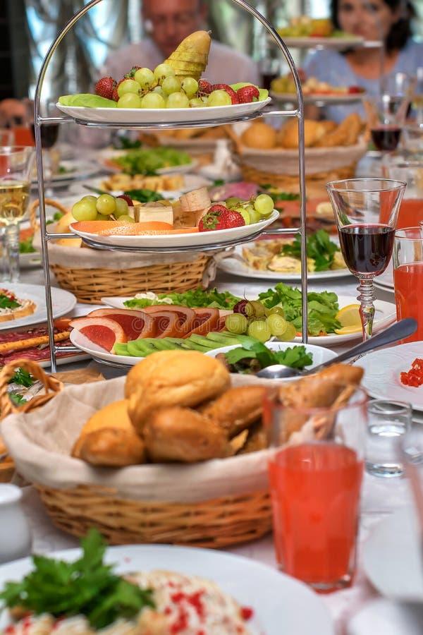 Υπέροχα εξυπηρετούμενος εορταστικός πίνακας συμποσίου στο εστιατόριο Τρόφιμα και διάφορες λιχουδιές στοκ φωτογραφία