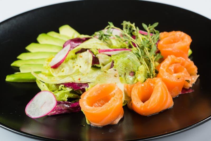 Υπέροχα μαγειρευμένα ψάρια σε ένα πιάτο αλατισμένα κομμάτια της κόκκινης πέστροφας στοκ φωτογραφίες