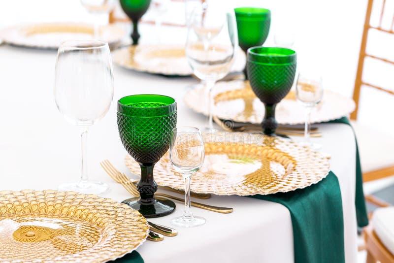 Υπέροχα οργανωμένο γεγονός - εξυπηρετούμενες εορταστικές διασκέψεις στρογγυλής τραπέζης έτοιμες για τους φιλοξενουμένους στοκ εικόνες