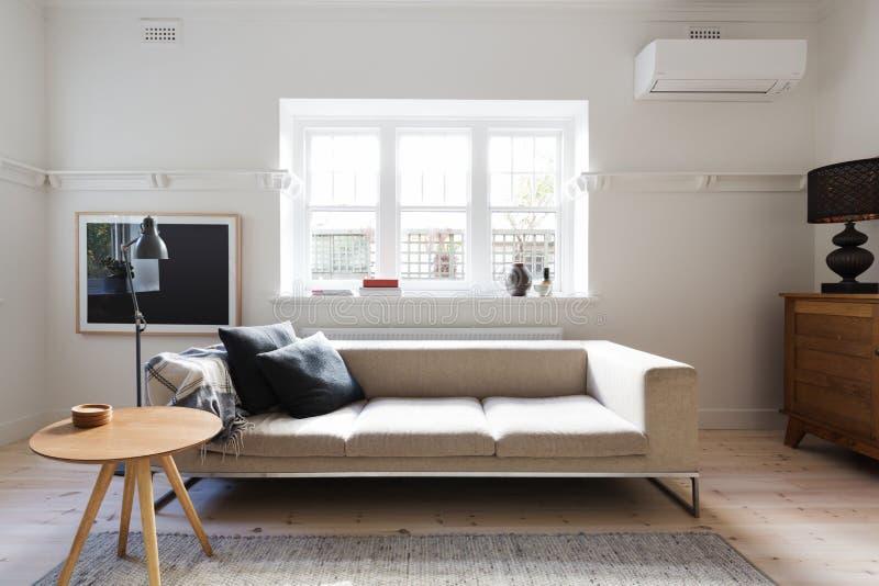Υπέροχα ορισμένο εσωτερικό καθιστικό του καναπέ και του τραπεζάκι σαλονιού στοκ εικόνα