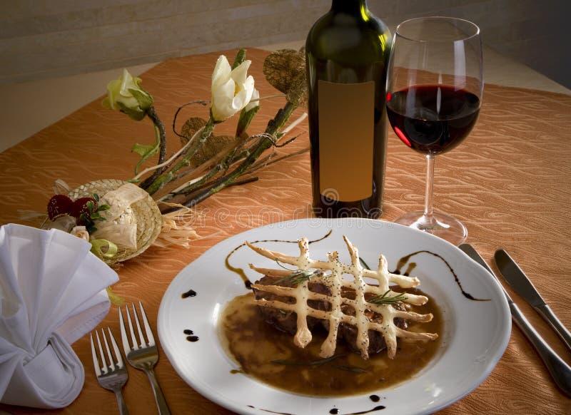 Υπέροχα τακτοποιημένο πιάτο για το γεύμα με το κόκκινο κρασί στοκ φωτογραφίες με δικαίωμα ελεύθερης χρήσης