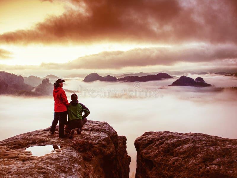 Υπέροχο ζευγάρι που κοιτάζει μακριά ανατολή του ηλίου σε βαριά σύννεφα στοκ εικόνα