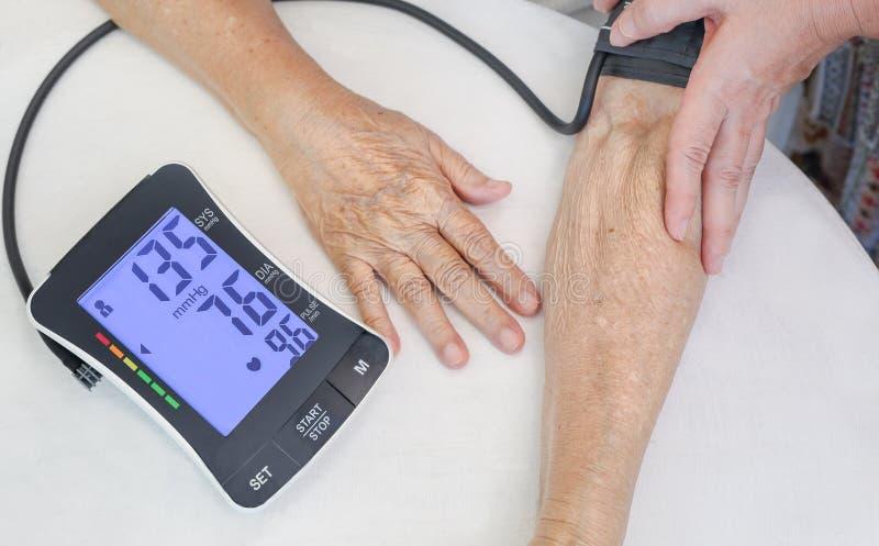 Υπέρταση υψηλής πίεσης αίματος της ηλικιωμένης γυναίκας στοκ φωτογραφία