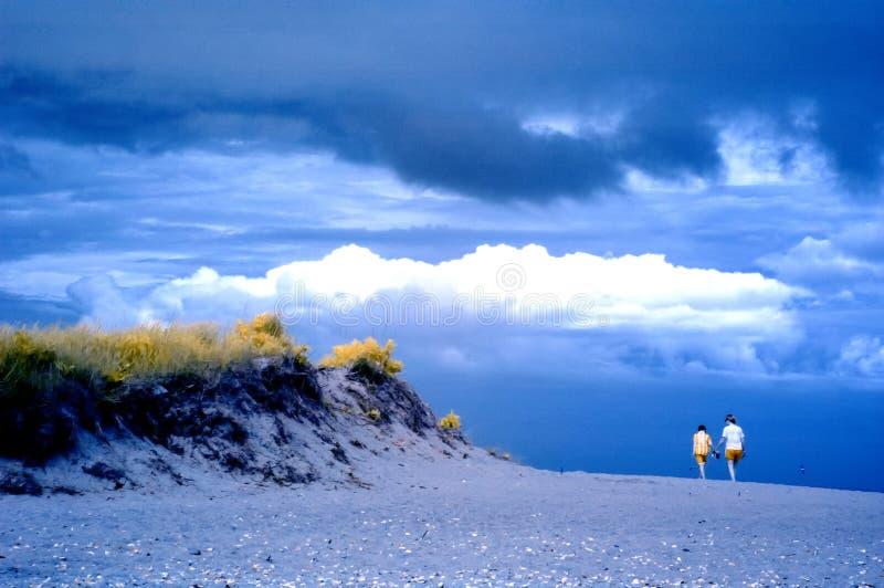 Υπέρυθρο τοπίο της γυναίκας και του παιδιού στην παραλία στοκ φωτογραφία