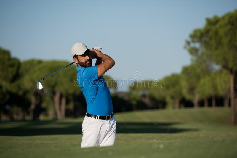 Υπέρ παίκτης γκολφ που χτυπά έναν πυροβολισμό αποθηκών άμμου στοκ φωτογραφία με δικαίωμα ελεύθερης χρήσης