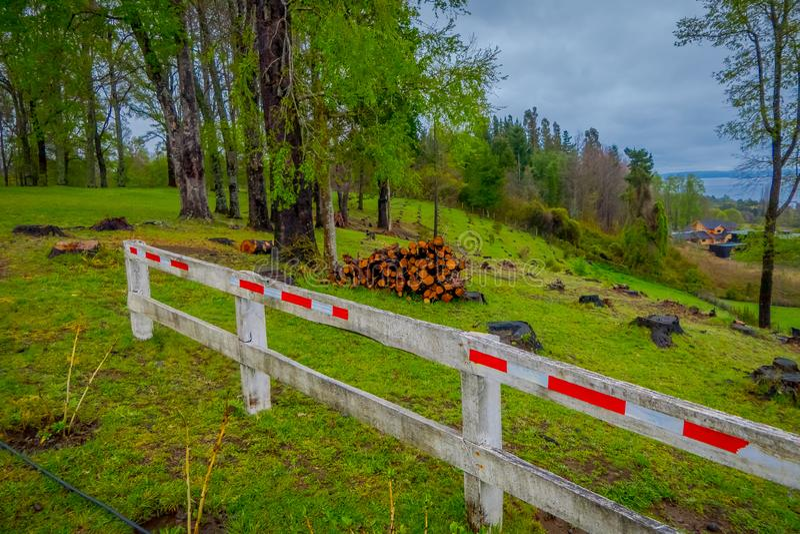 Υπαίθρια άποψη του σωρού καυσόξυλου με έναν ξύλινο φράκτη σε Pucon στη Χιλή στοκ εικόνες