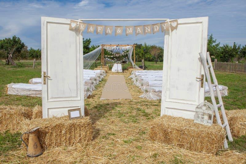 Υπαίθρια αγροτική ρύθμιση γαμήλιων τόπων συναντήσεως στοκ φωτογραφία