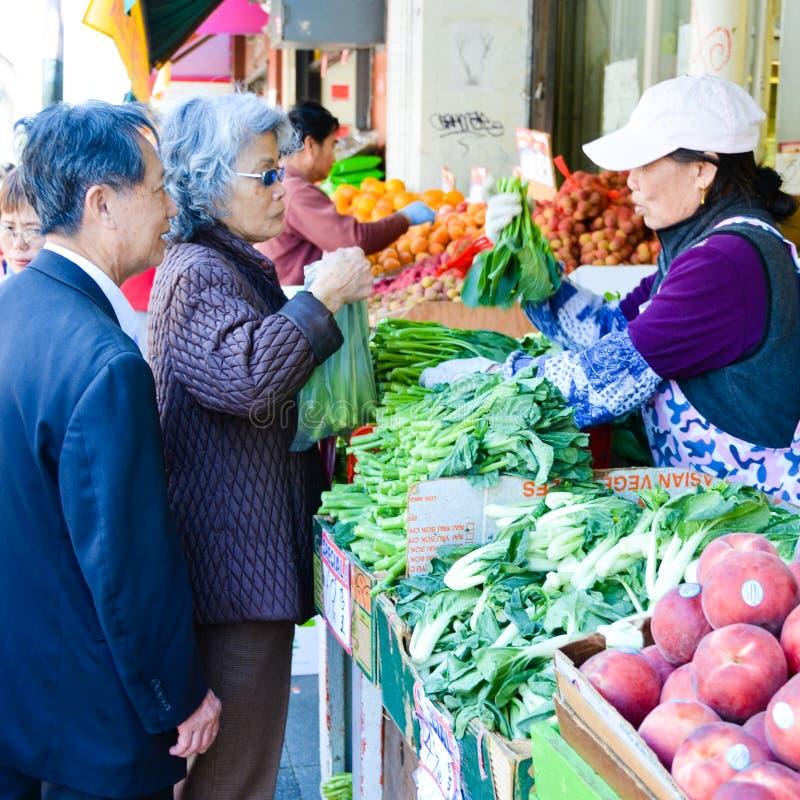 υπαίθρια ανώτερα λαχανικά καταστημάτων ζευγών μ στοκ εικόνες