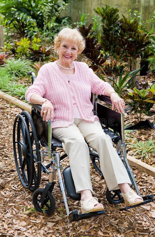 υπαίθρια ανώτερη γυναίκα αναπηρικών καρεκλών στοκ εικόνα με δικαίωμα ελεύθερης χρήσης