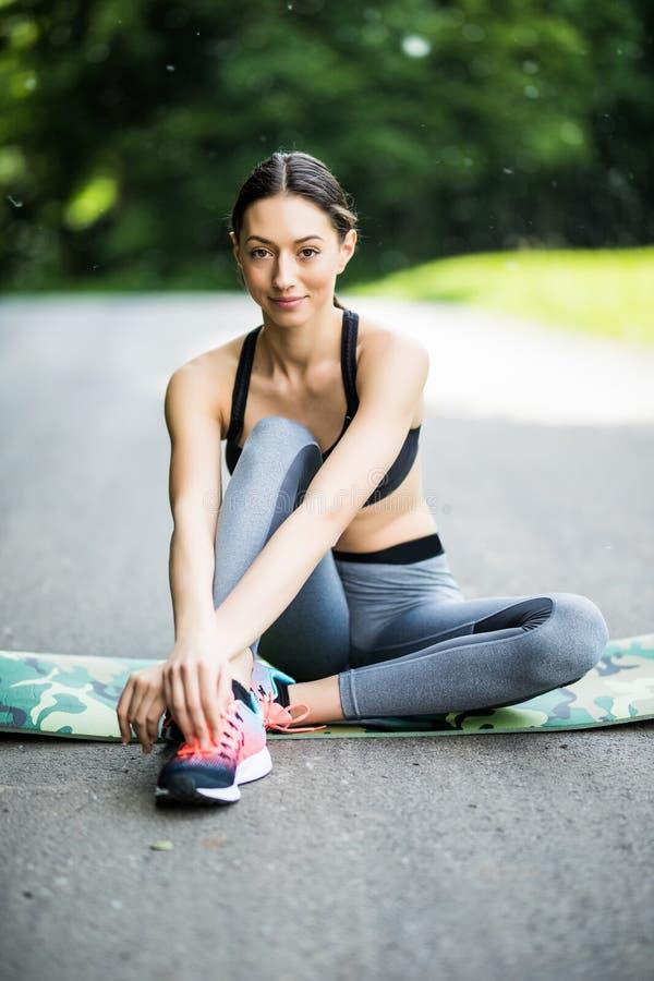 υπαίθρια γυναίκα workout Συνεδρίαση δρομέων γυναικών ικανότητας μετά από το traini στοκ εικόνα