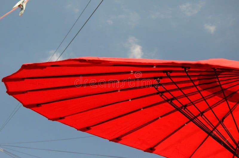 Υπαίθρια διαβίωση, parasol ήλιων στον κήπο στοκ φωτογραφίες με δικαίωμα ελεύθερης χρήσης