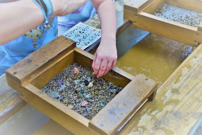 Υπαίθρια δραστηριότητα παιδιών που ψάχνει για τους πολύτιμους λίθους και το χρυσό στοκ εικόνες