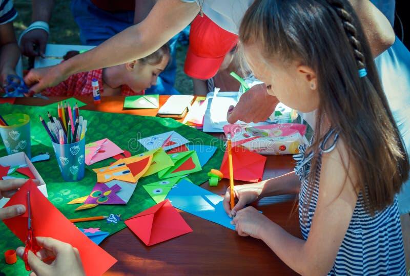 Υπαίθρια δραστηριότητα παιδιών στο οικογενειακό φεστιβάλ φιλανθρωπίας στοκ εικόνα