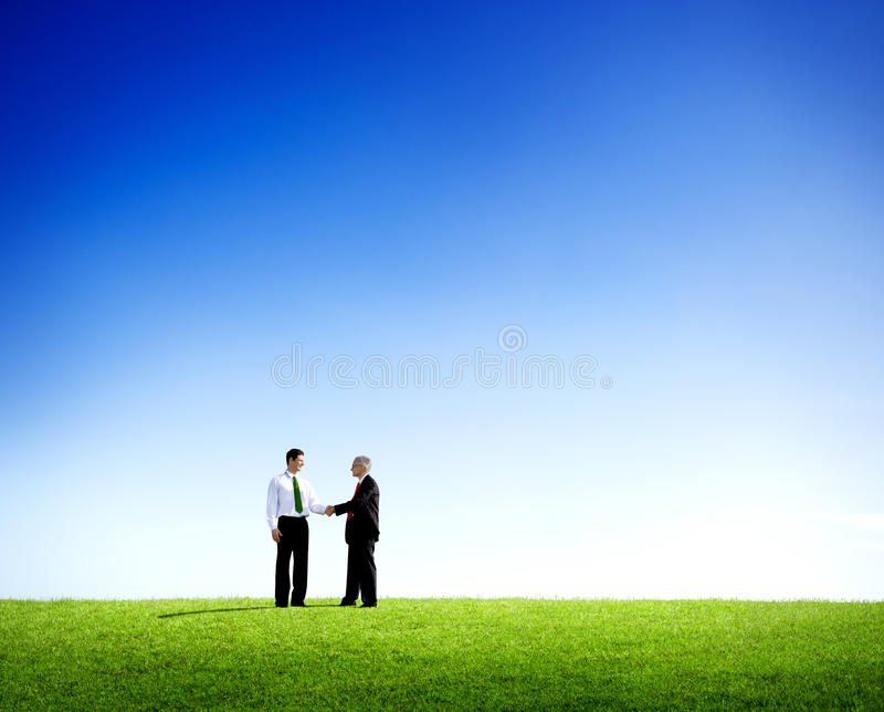 Υπαίθρια επιτυχής επιχειρησιακή συμφωνία σε έναν τομέα στοκ φωτογραφίες