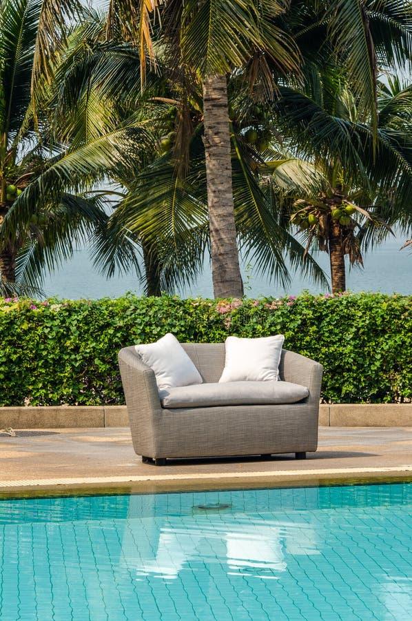 Υπαίθρια εσωτερική καρέκλα καναπέδων με το μαξιλάρι και τα μαξιλάρια στοκ εικόνες με δικαίωμα ελεύθερης χρήσης