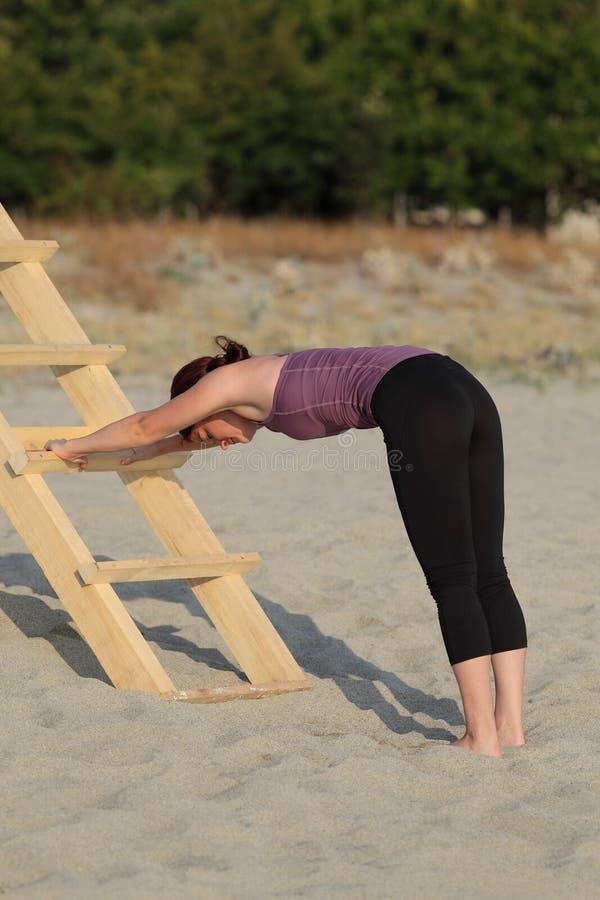 Υπαίθρια κατάρτιση με τη σκάλα στην παραλία στοκ εικόνες