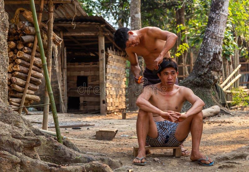 Υπαίθρια κούρεμα Λάος του χωριού κουρέων στοκ φωτογραφία με δικαίωμα ελεύθερης χρήσης