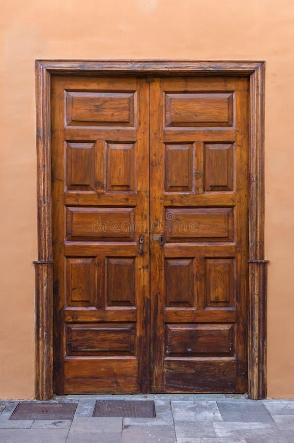 Υπαίθρια ξύλινη λουστραρισμένη πόρτα στοκ εικόνα με δικαίωμα ελεύθερης χρήσης