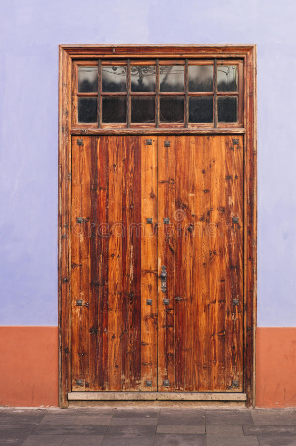 Υπαίθρια ξύλινη λουστραρισμένη πόρτα στοκ φωτογραφία με δικαίωμα ελεύθερης χρήσης