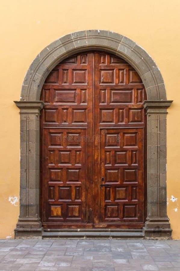 Υπαίθρια ξύλινη πόρτα με τη συγκεκριμένη αψίδα στοκ εικόνες