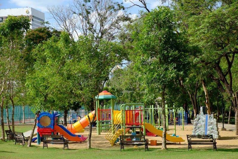 Υπαίθρια παιδική χαρά στο δημόσιο πάρκο στοκ φωτογραφία με δικαίωμα ελεύθερης χρήσης