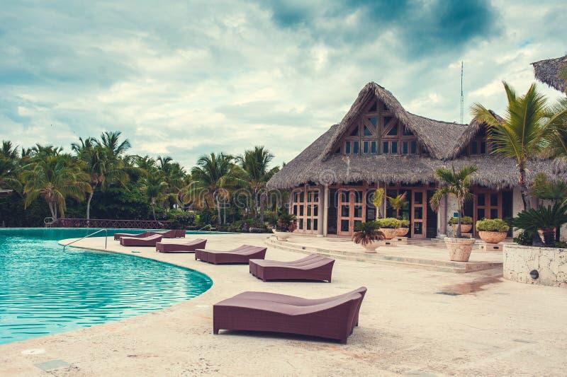 Υπαίθρια πισίνα λιμνών θερέτρου του ξενοδοχείου πολυτελείας. Πισίνα στο θέρετρο πολυτέλειας κοντά στη θάλασσα. Τροπικός παράδεισος στοκ εικόνες με δικαίωμα ελεύθερης χρήσης