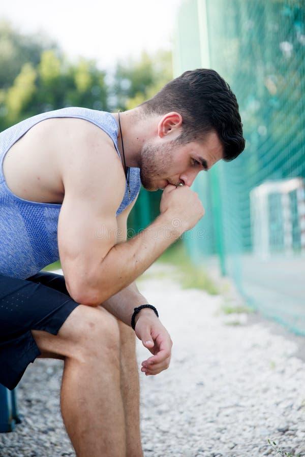 Υπαίθρια πορτρέτο της συνεδρίασης και της χαλάρωσης αθλητών μετά από το workout στοκ εικόνα με δικαίωμα ελεύθερης χρήσης