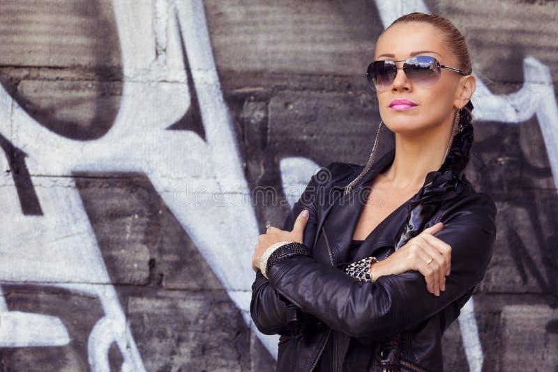 Υπαίθρια πρότυπο μόδας πορτρέτου στα γυαλιά ηλίου στοκ εικόνες