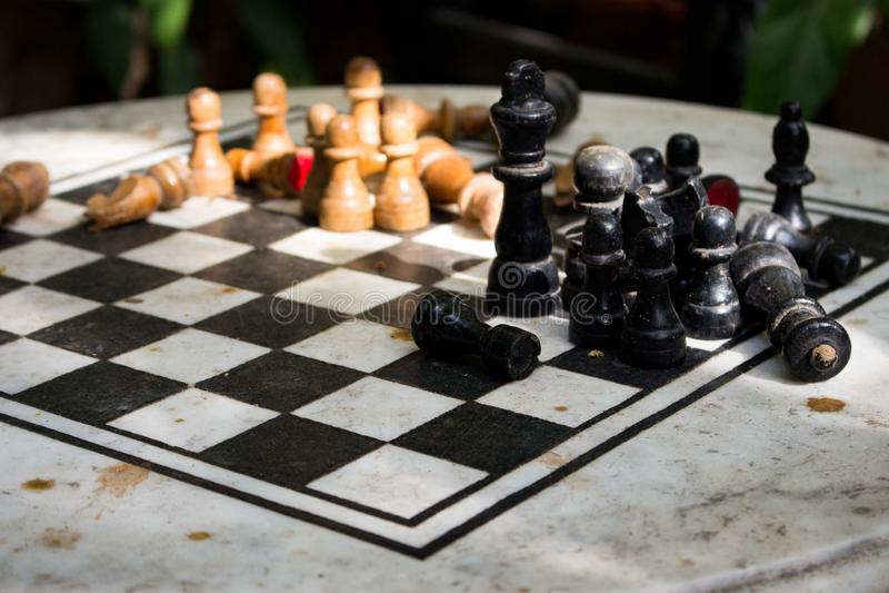 Υπαίθρια σκακιέρα πετρών με τους μαύρους και κίτρινους αριθμούς Έννοια ανταγωνισμού και στρατηγικής Ξύλινα κομμάτια σκακιού στον  στοκ εικόνα