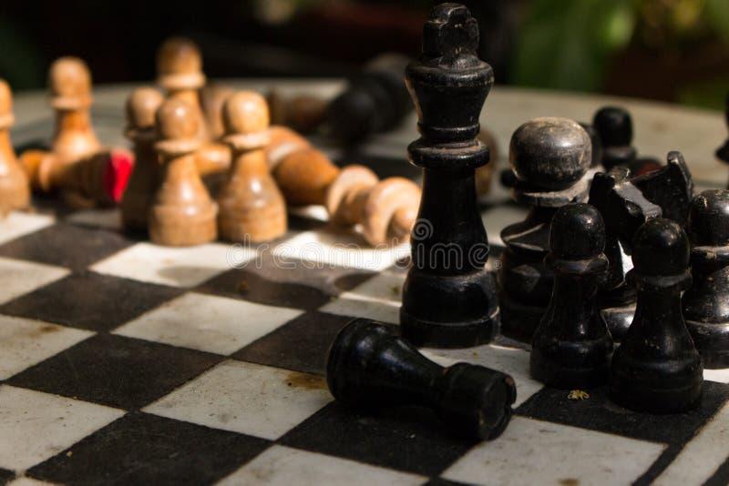 Υπαίθρια σκακιέρα πετρών με τους μαύρους και κίτρινους αριθμούς Έννοια ανταγωνισμού και στρατηγικής Ξύλινα κομμάτια σκακιού στον  στοκ εικόνα με δικαίωμα ελεύθερης χρήσης