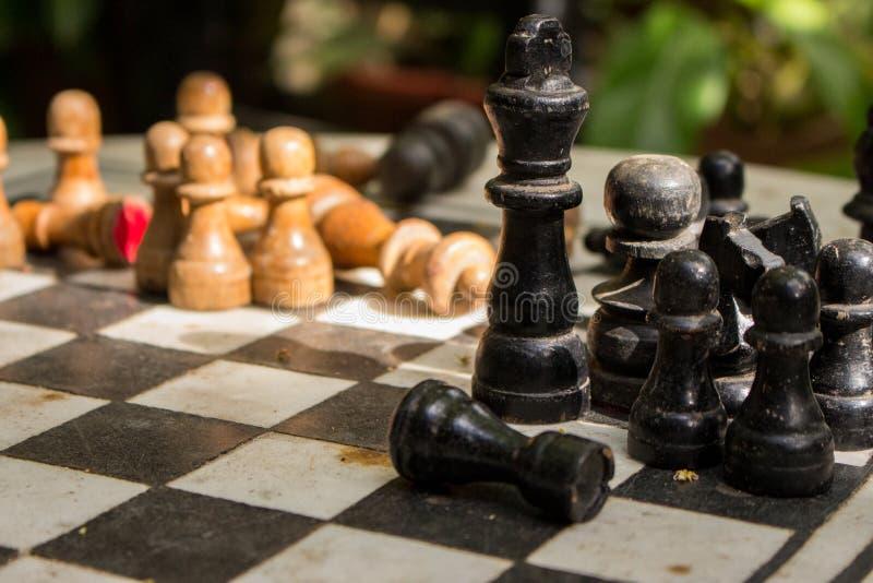 Υπαίθρια σκακιέρα πετρών με τους μαύρους και κίτρινους αριθμούς Έννοια ανταγωνισμού και στρατηγικής Ξύλινα κομμάτια σκακιού στον  στοκ φωτογραφίες με δικαίωμα ελεύθερης χρήσης