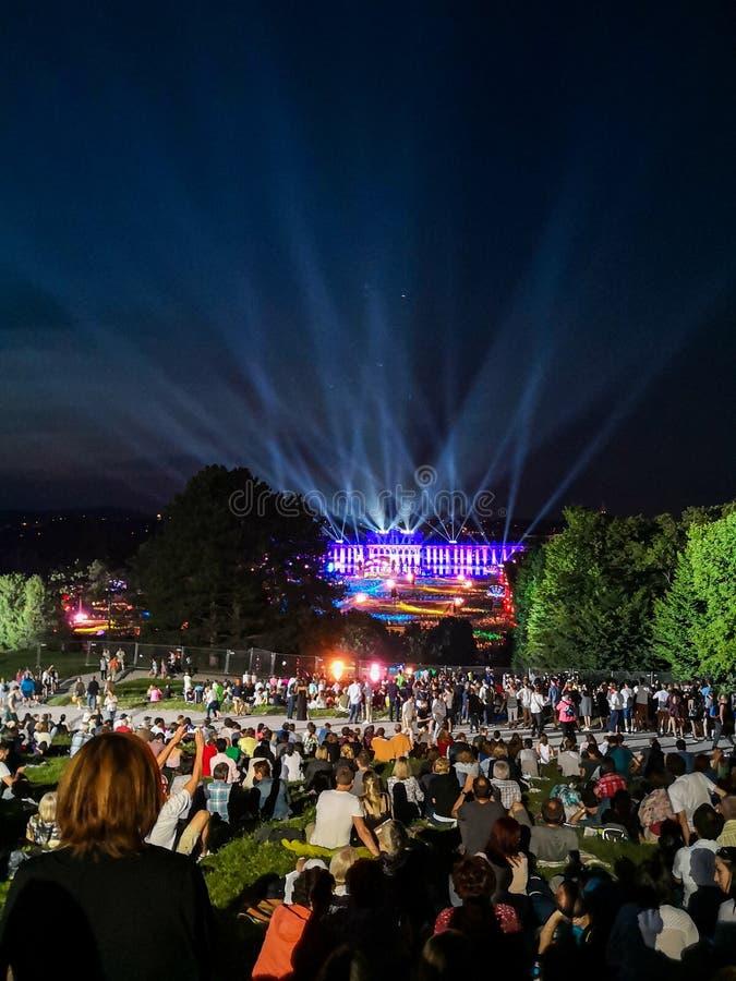 υπαίθρια συναυλία μιας θερινής νύχτας από τους θαυμάσιους κήπους του παλατιού Schonbrunn με τη φιλαρμονική ορχήστρα της Βιέννης στοκ φωτογραφία