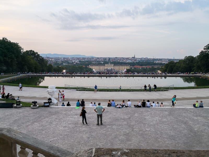 υπαίθρια συναυλία μιας θερινής νύχτας από τους θαυμάσιους κήπους του παλατιού Schonbrunn με τη φιλαρμονική ορχήστρα της Βιέννης στοκ φωτογραφία με δικαίωμα ελεύθερης χρήσης