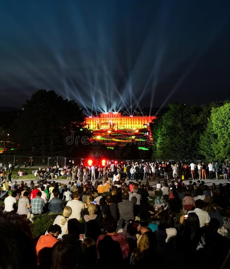 υπαίθρια συναυλία μιας θερινής νύχτας από τους θαυμάσιους κήπους του παλατιού Schonbrunn με τη φιλαρμονική ορχήστρα της Βιέννης στοκ εικόνα με δικαίωμα ελεύθερης χρήσης