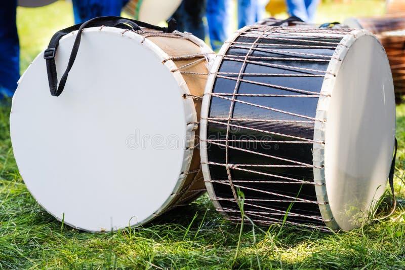 Υπαίθρια τύμπανα φεστιβάλ στη χλόη λιβαδιών στοκ εικόνα με δικαίωμα ελεύθερης χρήσης