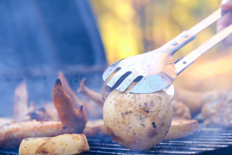 Υπαίθρια bbq σχαρών που ψήνει την πατάτα, που ψήνεται στη σχάρα στοκ φωτογραφίες