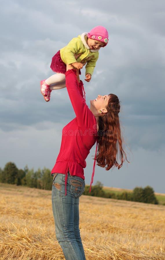 υπαίθριες γυναίκες παι&de στοκ εικόνες