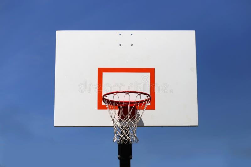 Υπαίθριες στεφάνη και ράχη καλαθοσφαίρισης που απομονώνονται ενάντια στο μπλε ουρανό στοκ εικόνα