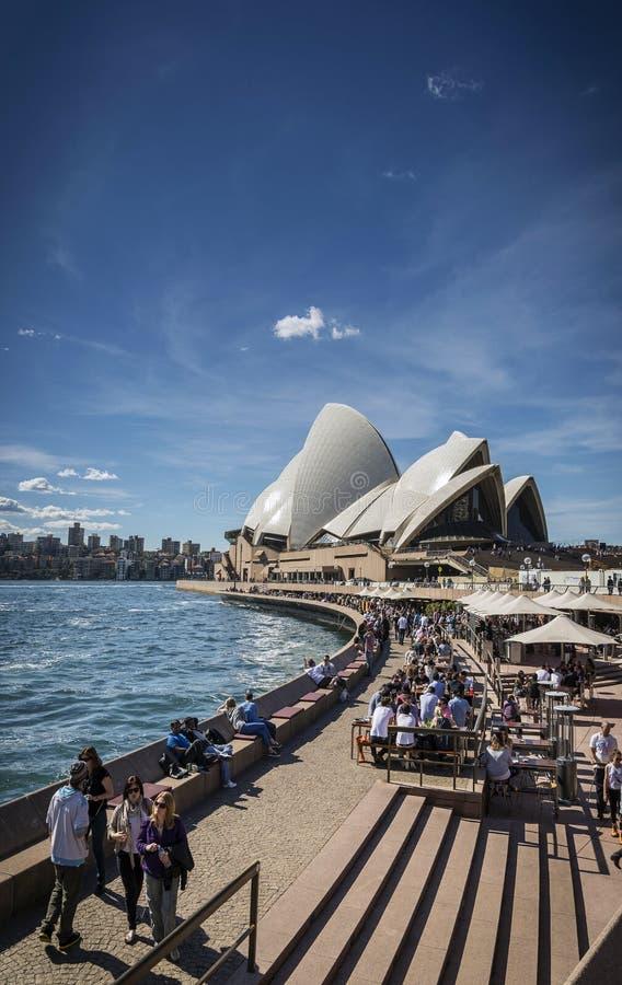 Υπαίθριοι καφέδες Οπερών του Σίδνεϊ και λιμενικών περιπάτων στο austra στοκ φωτογραφίες με δικαίωμα ελεύθερης χρήσης
