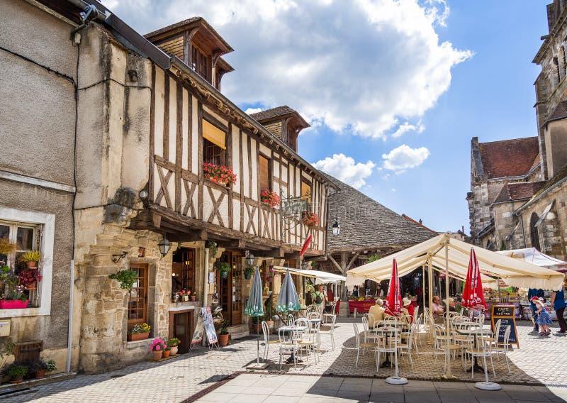 Υπαίθριοι καφές και Auberge στο τετράγωνο Nolay, Burgundy, Γαλλία στοκ εικόνα