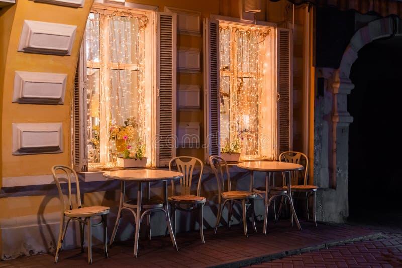 Υπαίθριος άνετος θερινός καφές το βράδυ στοκ φωτογραφίες με δικαίωμα ελεύθερης χρήσης