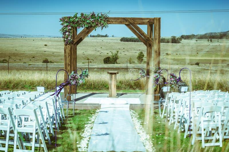 Υπαίθριος γάμος φθινοπώρου στην καφετιά χλόη στοκ εικόνες
