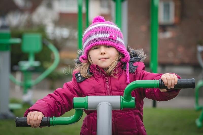 Υπαίθριος εξοπλισμός μικρών κοριτσιών workout στοκ εικόνες με δικαίωμα ελεύθερης χρήσης