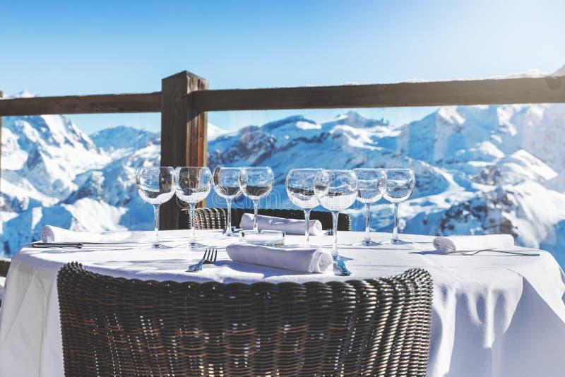 Υπαίθριος πίνακας εστιατορίων πολυτέλειας με την όμορφη άποψη τοπίων βουνών στοκ εικόνα